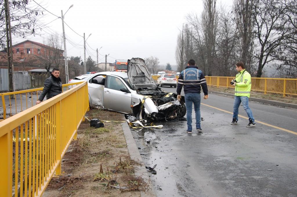 În urma accidentului, autoturismul condus de șoferul de 20 de ani a luat foc