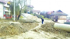 Alunecarea de teren a blocat strada Traian din Orşova (Foto: Oana Mitu)