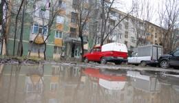 Parcările din spatele blocurilor de pe bulevardul Nicolae Titulescu sunt pline de bălți și nămol (FOTO: Claudiu Tudor)