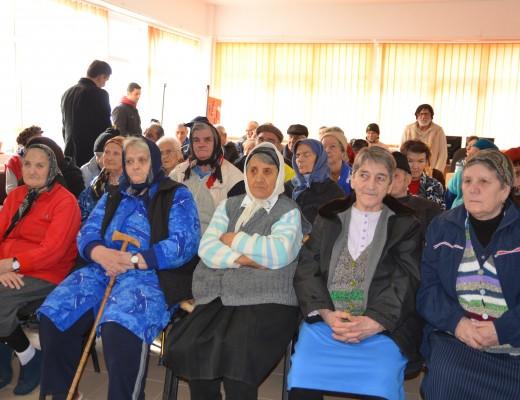 Bătrânii care locuiesc în Căminul pentru Persoane Vârstnice din Craiova s-au bucurat de mai multe surprize (FOTO: Claudiu Tudor)