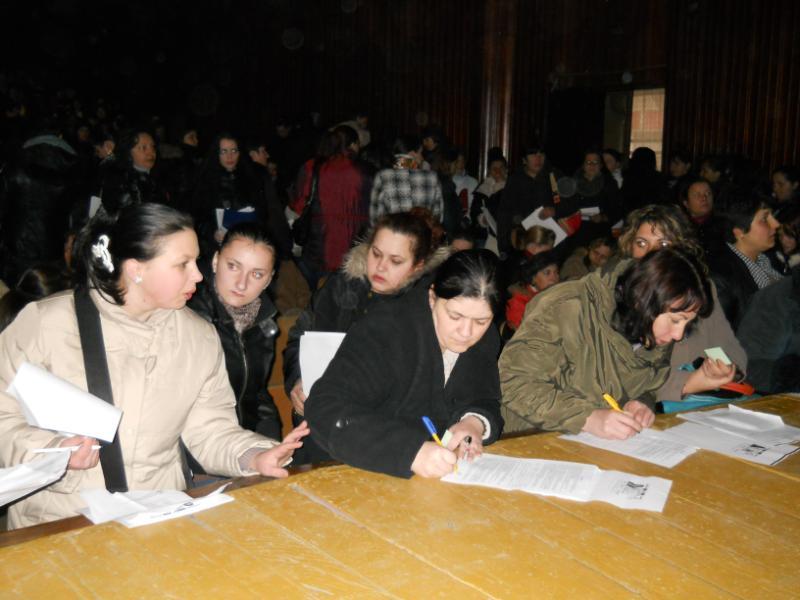 Peste 300 de femei s-au prezentat la Casa de Cultură a Sindicatelor din Târgu Jiu, în speranţa că vor prinde un loc la cules de căpşuni în Spania