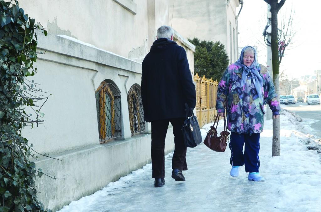 Așa arată unul dintre trotuarele necurățate de pe bulevardul Carol I din Craiova (Foto: Lucian Anghel)