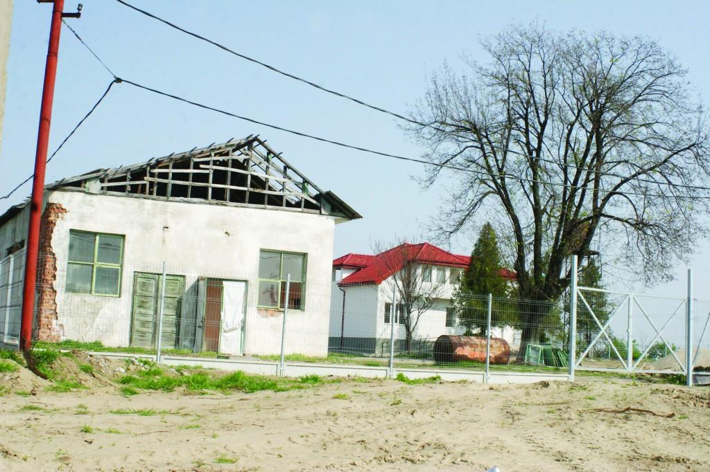 Clădirea dărăpănată din prim-plan va fi renovată și compartimentată cu peste 200.000 de euro. Banii vin din bugetul Direcției  pentru Protecția Copilului Dolj. În aceeași curte se află și celebra casă (plan îndepărtat) reabilitată de o firmă misterioasă, care apoi a plecat fără să ceară un leu (Foto: Arhiva GdS)
