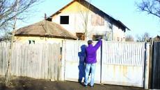 Anchetatorii au stabilit  că bărbatul a intrat în casă  și și-a împușcat soția  cu o pușcă de vânătoare (Foto: GdS)