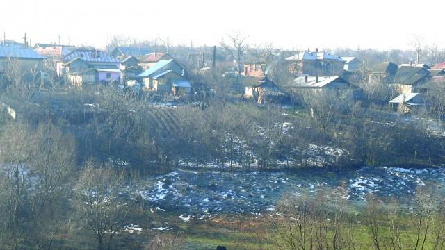 Satul Belcin se întinde pe un deal înconjurat la bază de mai multe pâraie (Foto: Traian Mitrache)