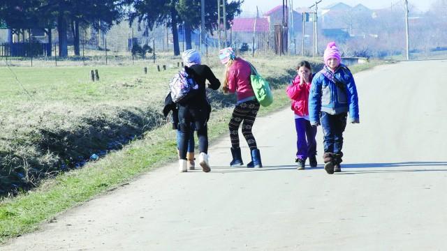 Copiii de pe stradă, care se întorc de la școală, arată că viața continuă în Calopăr (Foto: Traian Mitrache)