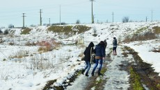 Drumul ce duce la punctul de oprire a trenului de la Bogea e străbătut zilnic de unii tineri din comuna Almăj (Foto: Lucian Anghel)