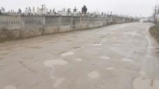 Primarul le-a promis oamenilor că drumul către cimitir va fi asfaltat. (Irina Busuioc)