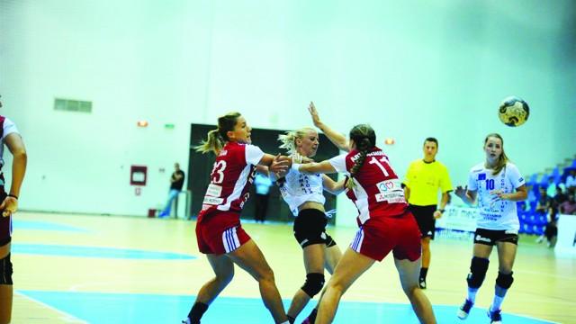 Aneta Pârvuţ şi Ane Eidem (tricouri albe), două jucătoare cu multe realizări pentru SCM Craiova în turul campionatului (Foto: Arhiva GdS)