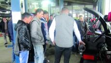 Elevii de la Liceul Tehnologic din Craiova au început practica în service-urile auto (Foto: Ana Dănescu)