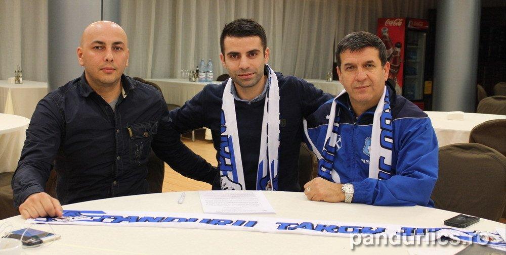 Constantin Grecu (foto centru) a semnat pe doi ani şi jumătate cu Pandurii
