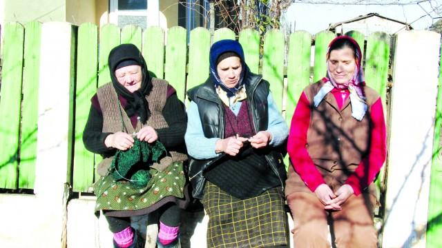 Femeile care croșetau pe o bancă în fața porții erau pline de umor (Foto: Traian Mitrache)