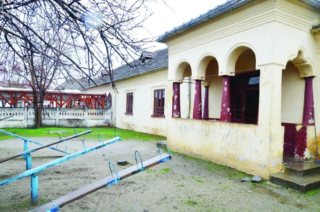 La Desa, 130 de preșcolari învață într-o clădire retrocedată, lângă care funcționează și o cârciumă. Construcția noii grădinițe a început încă din 2008, dar nu s-a finalizat nici în prezent (FOTO: arhiva GdS)
