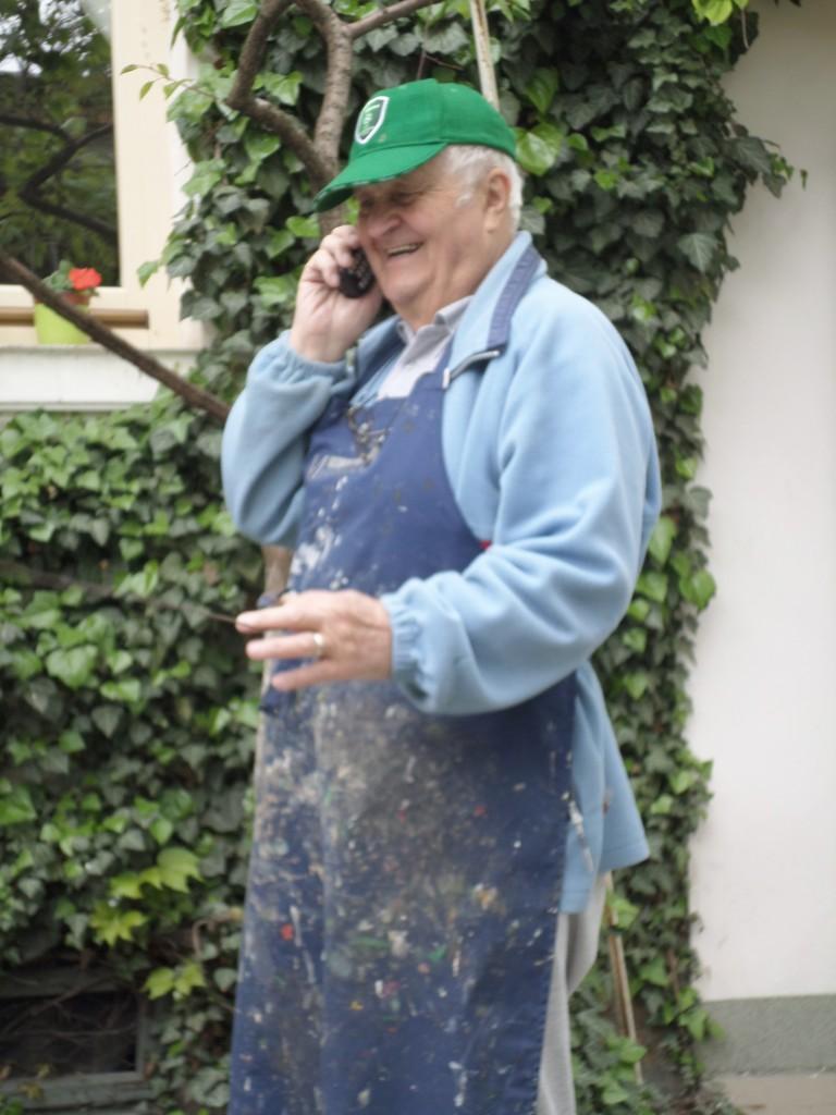 Valeriu Penișoară-Stegaru, în fața atelierului său (Foto: Arhiva personală Valeriu Penișoară-Stegaru)