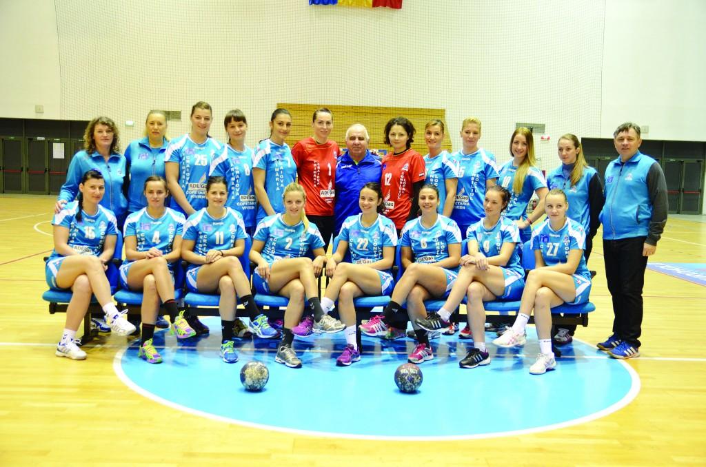 Înainte de antrenamentul de ieri, handbalistele şi antrenorii de la SCM au participat la o şedinţă foto ()