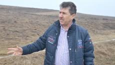 Primarul din Mischii, Gheorghe Popa, a explicat că viitorul parc fotovoltaic va asigura curent pentru iluminatul public și al instituțiilor publice din cele trei comune incluse în proiect. În spatele primarului se află terenul pe care va fi amplasat parcul fotovoltaic. (FOTO: Lucian Anghel)