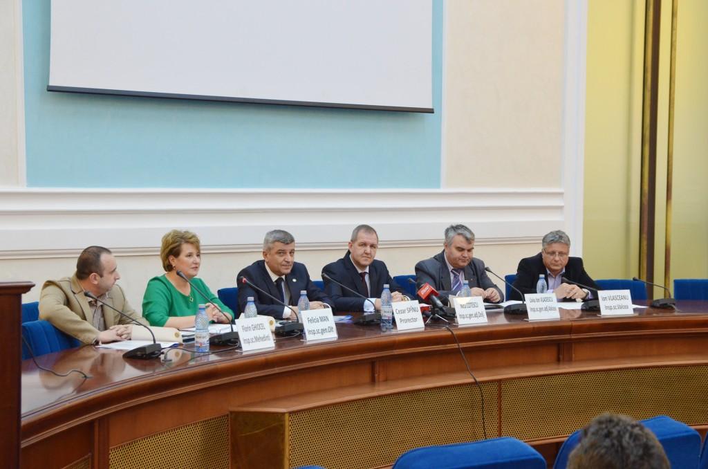 Reprezentanţii inspectoratelor şcolare din Mehedinţi, Olt, Dolj şi Vâlcea alături de prof. univ. dr. Cezar Spînu (al treilea de la stânga la dreapta) (FOTO: Lucian Anghel)