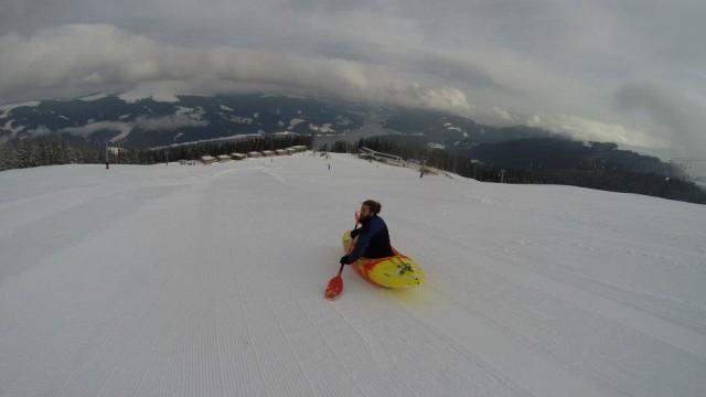 Competiţie inedită pe pârtie (Foto: romanian snow kayak)