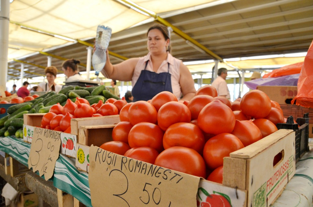 Nu întotdeauna roșiile pe care le cumpărăm de la tarabă sunt produse în gospodăria celui care le vinde. O nouă lege impune verificări mai stricte ale celor care se dau drept producători agricoli. (FOTO: arhiva GdS)