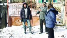 Localnicii din Piscani spun că satul este izolat din cauza drumului impracticabil. Nici salvarea nu ajunge. Casele sunt risipite și nici eu nu știu câți mai sunt în localitate (Foto: Claudiu Tudor)