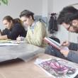 """Câțiva elevi ai Liceului de Artă """"Marin Sorescu"""" fac schițe pentru viitoarele desene ce vor îmbrăca pereții Teatrului """"Colibri"""" (FOTO: Lucian Anghel)"""
