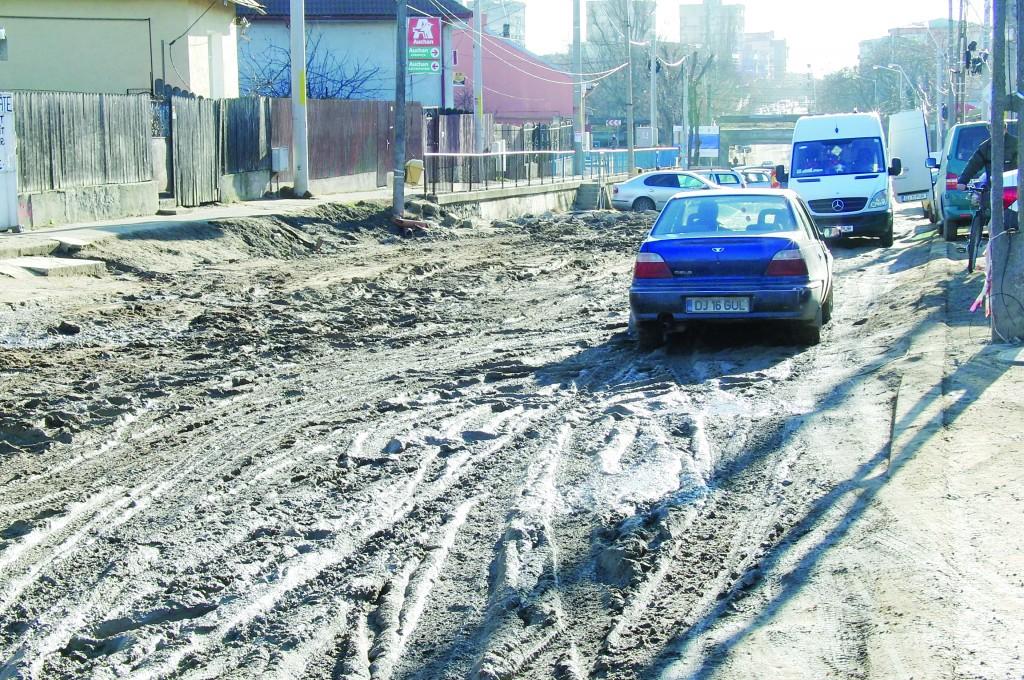Cei mai mulți dintre oameni, întrebați care sunt problemele în Bariera Vâlcii, vorbesc despre infrastructură. În imagine este strada Bariera Vâlcii, unde se desfășoară de anul trecut lucrări de reabilitare a carosabilului, dar și a canalizării. (Foto: Traian Mitrache)