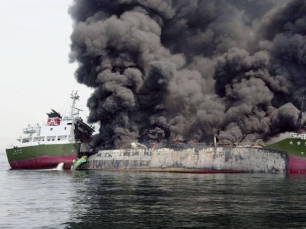 un-petrolier-cu-trei-romani-la-bord-a-fost-bombardat-aproape-de-coastele-libiei-45024-1