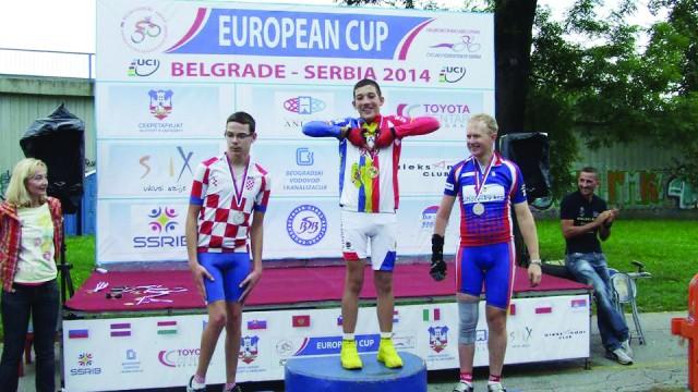 Theo Matican (în centru) a participat anul trecut cu succes la concursuri organizate  de Federaţia Internaţională de Ciclism