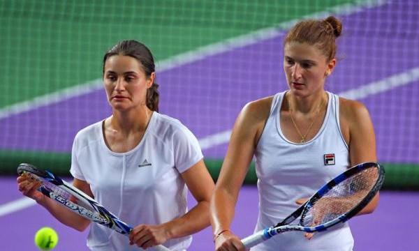 Monica Niculescu (stânga) şi Irina Begu au adus victoria României (foto: Digisport)