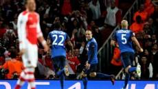 Berbatov (albastru, în centru) le-a făcut viaţa un calvar elevilor lui Wenger (foto: uefa.com)