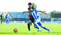 Thaer Bawab (alb-albastru) nu a glumit când a spus că-şi păstrează golurile pentru retur,  în amicalele de până acum din Antalya nereuşind să înscrie (Foto: Alexandru Vîrtosu)