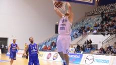 """Marko Boltic (la minge) şi mai multi dintre colegii săi vor juca pentru prima dată în Sala Sporturilor """"Ion Constantinescu"""" (foto: Lucian Anghel)"""