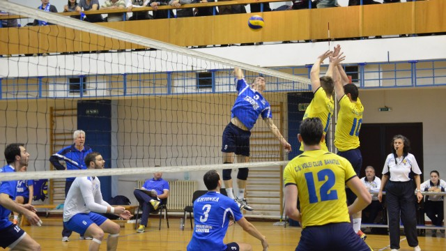 Jucătorii craioveni (în albastru) nu au cedat nici un set în meciul cu echipa din Caransebeş (foto: Lucian Anghel)
