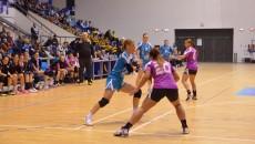 Cătălina Cioaric (la minge) a marcat cinci goluri în partida cu U Cluj (foto: arhiva GdS)