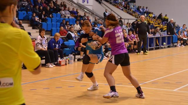 Cătălina Cioaric (la minge) şi colegele sale au dominat meciul cu Zalăul (foto: Traian Mitrache)