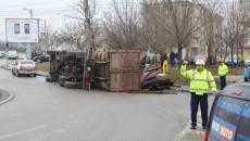 Șoferul s-a răsturnat cu autocamionul într-un sens giratoriu de pe bulevardul Dacia (FOTO: GdS)