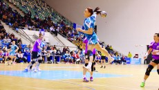 Bianca Tiron (la minge) joacă din ce în ce mai bine la SCM Craiova (Foto: Traian Mitrache)