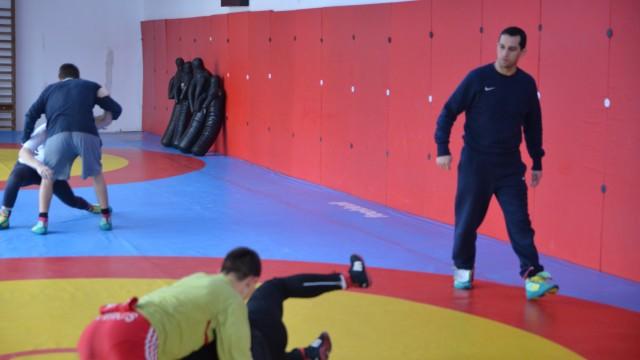 Aurel Cimpoeru, antrenorul principal al lotului naţional de juniori, urmăreşte cu mare atenţie sportivii în timpul antrenamentelor