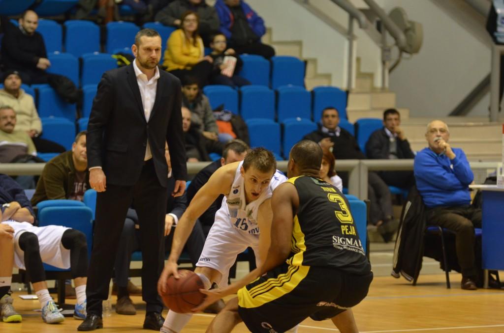 Micic (la minge) a reuşit 19 puncte pentru Craiova în meciul cu Peja (foto: Claudiu Tudor)
