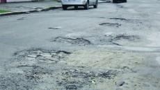 Pe Alexandru cel Bun, asfaltul este distrus de o bună perioadă de timp (Foto: Anca Ungurenuş)