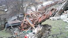 Alunecarea ameninţă şi alte gospodării (foto: tv sud)