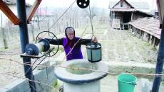 Elena Ciobotea din satul Colțești ne-a dat să gustăm din apa sărată și sălcie pe care nu poate să o consume nimeni (Foto: Ramona Olaru)