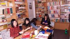 """Elevii de la Colegiul """"Magheru"""" din Târgu Jiu confecţionează şi vând an de an mărţişoare pentru a-şi ajuta colegii"""