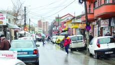 Oamenii au cerut soluții pentru strada Petre Ispirescu, văzută de primar ca fiind cea mai aglomerată stradă din oraș (Foto: Lucian Anghel)