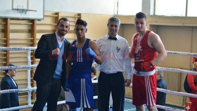 Liviu Stan (stânga), alături de cei doi seniori care au boxat în gală şi de unul dintre arbitrii