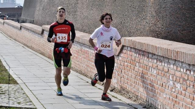 Yolanda Ruiz Pino (în tricou alb) s-a clasat pe  locul doi la semimaraton (categoria feminin 35-50 de ani)  (foto: Radu Cristi)