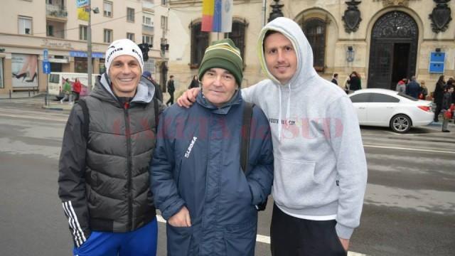 Marius Bușcă (stânga), Dănuț Ceici (dreapta) și Mihai Chelariu (centru), antrenorul care i-a ajutat să devină campioni.