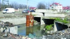 """Conform ADR Sud-Vest Oltenia, la proiectul de reabilitare a străzii Râului există """"întârzieri minore la lucrările  pentru realizarea casetelor care se montează pe canal. Aceste lucrări ar fi trebuit demarate începând cu 1 martie 2015"""". (Foto: Traian Mitrache)"""