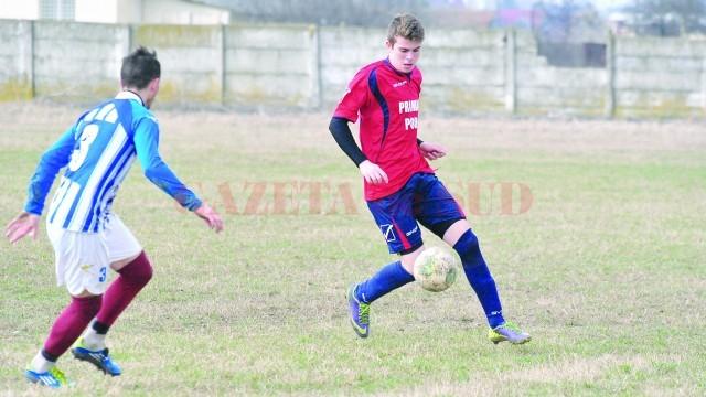 Claudiu Ştefan (la minge) îşi doreşte să-şi pună amprenta mai mult pe jocul echipei CS Podari (Foto: fcpodari.ro)