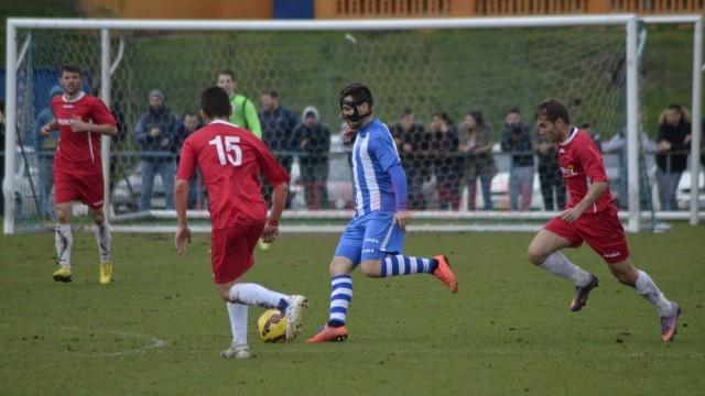 """Andrei Sin (la minge) a fost unul dintre cei mai periculoşi jucători ai """"satelitului"""" în meciul cu Dunărea Bistreţ (foto: Alexandru Vîrtosu)"""